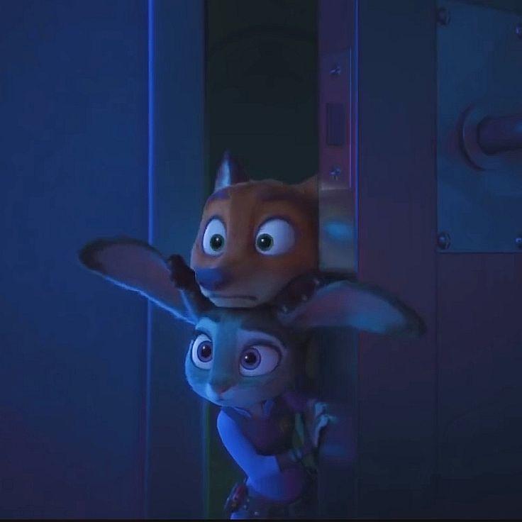 ドアから覗き込む二人