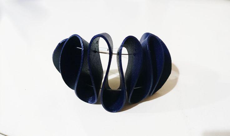 Pulsera de cuero. Ondulación y volumen. Colección Kaira, cuero reciclado
