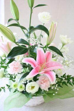 ピンクのユリと白い花のお供え花。 優しさを感じるお花。