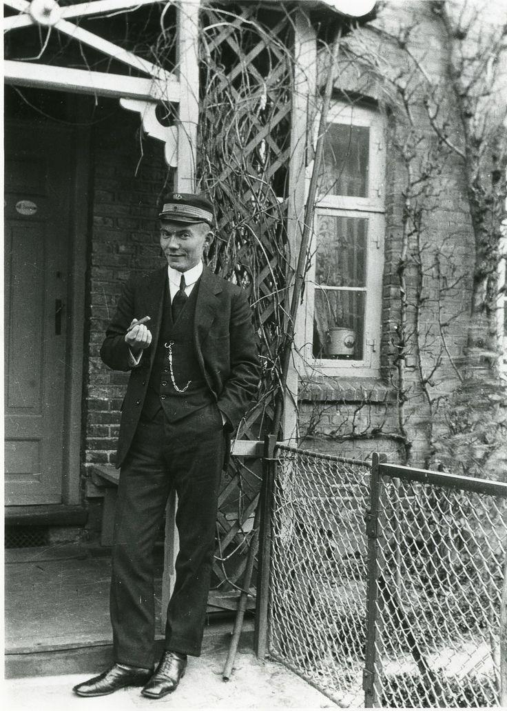 Toldmedhjælper Andersen fotograferet i Hallinsgade 14, Kartoffelrækkerne. Ca. 1917.