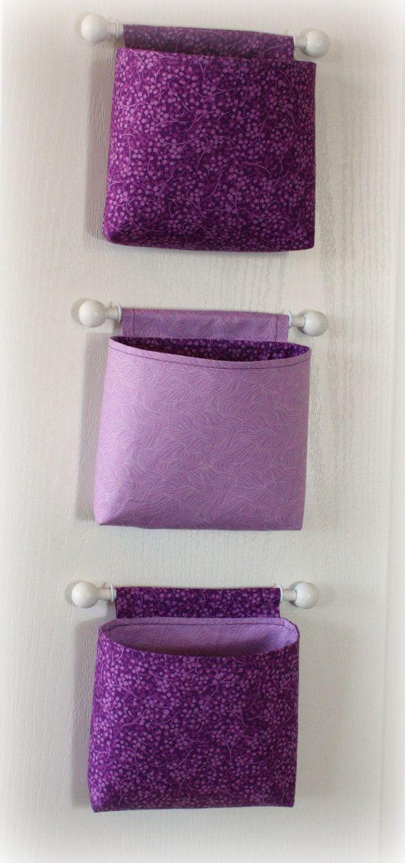 Personalizza le ante interne dell'armadio con queste utili tasche di stoffa viola. Per appenderle usate aste da tendine.