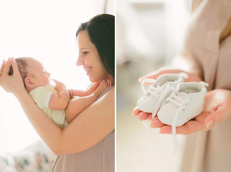 Zdjęcie niemowlaka z mamą i maleńkie buciki z sesji w LIRYKA Atelier