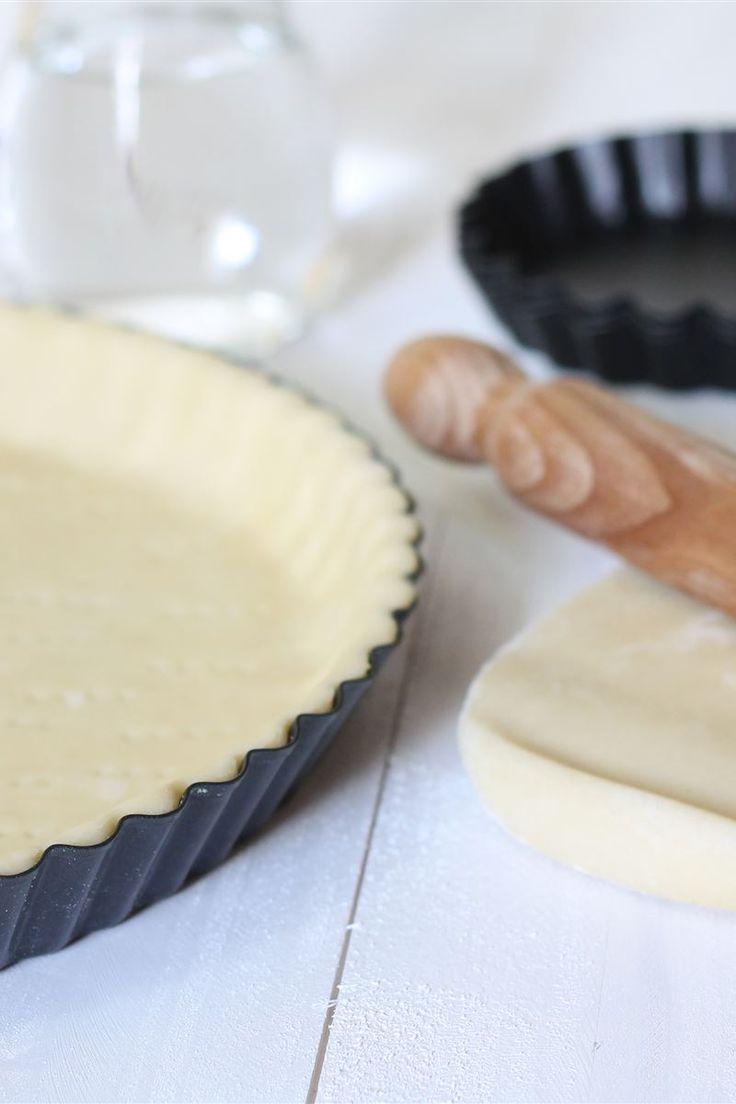 Di semplice e facile esecuzione, la pasta brisè (o brisée) è un impasto neutro e molto versatile che trova ampio uso in cucina, sia per preparazioni salate (quiches, tartellette, girelle), sia in ricette dolci (strudel e crostate).