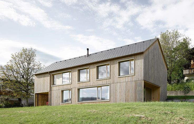 Föränderlig fasad av Innauer-Matt, foto Adolf Bereuter – http://www.tidningentra.se/reportage/fangslande-och-foranderligt-familjehus #arkitektur i #trä