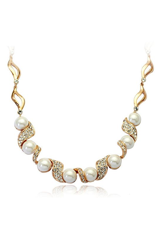 Love this necklace! Pearl Diamond Gold Chain Necklace #Pearl #Diamond #Gold #Fashion #Jewelry