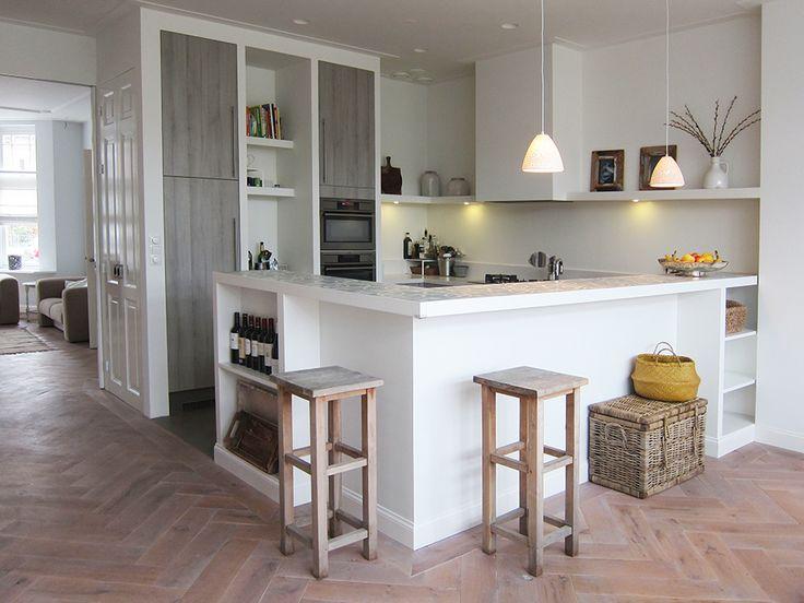 Dertien voorbeelden van een bar in de keuken. Overweeg jij een bar in de keuken? Bekijk dan zeker deze mooie voorbeelden voor meer ideeën en inspiratie!