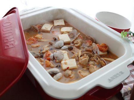 豆板醤とレモンで作るトムヤムクン風スープにイカや豆腐を加えて、具沢山に。  鍋パーティにもお勧め!  フォーに限らず、マロニーや生ラーメン、うどんもOK。〆の雑炊も良いですね。  熱々の豆腐と辛さが身体を温めてくれるので、寒い時期にどうぞ。    基本のレシピはこちら→https://oceans-nadia.com/user/11375/recipe/157234