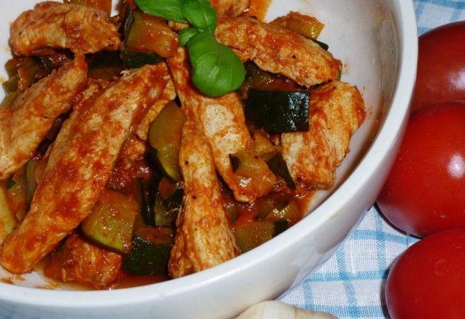 Cukkinival és póréval készült paradicsomos csirkemellfilé