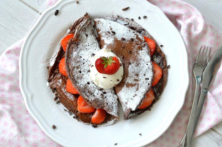 Met behulp van een blender zet binnen no time deze gezonde chocolade pannenkoeken op tafel. Dat wordt gezond genieten met pancakes tijdens het ontbijt!