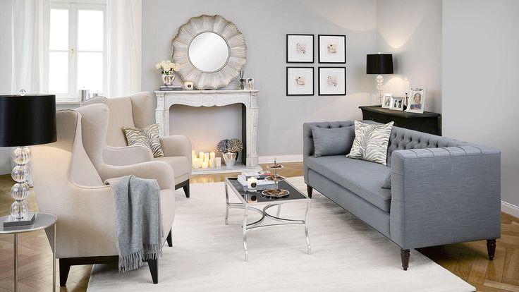 Stilvoll, classy und luxuriös residieren wie in der New Yorker Upper East Side – so können Sie den Look günstig und trotzdem chic nachstylen: Wichtig sind ausladende Möbel, dezente Farben und glänzendes Silber. Very sophisticated wird es mit einer pompösen Kaminkonsole, zwei Ohrensesseln, die gegenüber von der kapitonierten Couch stehen, und symmetrisch aufgehängter Kunst. That's it!