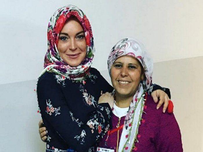 Hanya mahu berehat dari media sosial ibu sahkan Lindsay Lohan belum masuk Islam   KONTROVERSI membabitkan pelakon dan penyanyi Hollywood Lindsay Lohan yang dikatakan telah memeluk Islam nyata hanyalah khabar angin sahaja.  Menerusi sebuah portal Gossip Cop berpengkalan di New York Amerika Syarikat melaporkan ibu Lindsay Dina dan jurucakap pelakon itu mengesahkan yang dia tidak menukar agama kepada Islam.  Hanya mahu berehat dari media sosial ibu sahkan Lindsay Lohan belum masuk Islam…