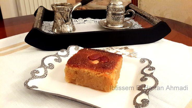 Harrisa Hlouwa « Gâteau à la semoule a la tunisienne » La harissa hlowa (harissa sucrée) a pour beaucoup d'entre nous un parfum d'enfance et c'est peu dire que de parler de parfum s'agissant de ce dessert! les effluves de ses fruits secs et de son eau de géranium ravissent les esprits avant de ravie les papilles. à vos cahiers! voici la recette! #delicescaprices #gateausemoulealatunisienne #amande #ramadan