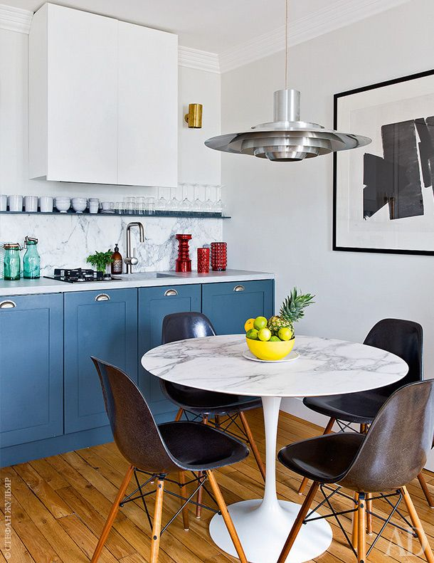 Обеденная зона и кухня.Стол Tulip, дизайнер Эро Сааринен. Стулья DSW подизайну Рэй иЧарлза Имз. Светильник спроектирован Пребеном Фабрициусом иЙоргеном Кастхольмом в 1965 году.