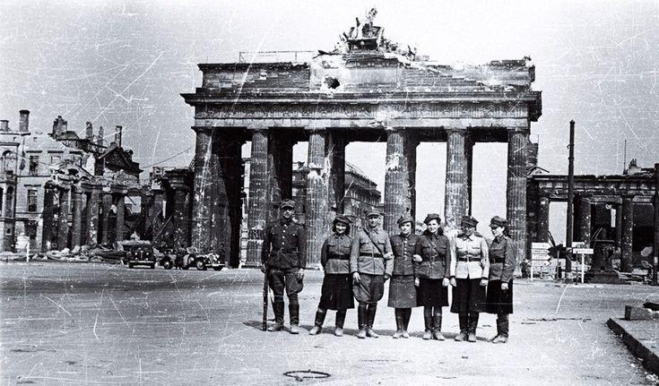 2 maja 1945 roku – Armia Czerwona i Wojsko Polskie zdobyły Berlin – stolicę III Rzeszy. Radziecka flaga zawisła nad Reichstagiem. Żołnierze 1. Dywizji Piechoty im.T.Kościuszki zawiesili polskie fla…