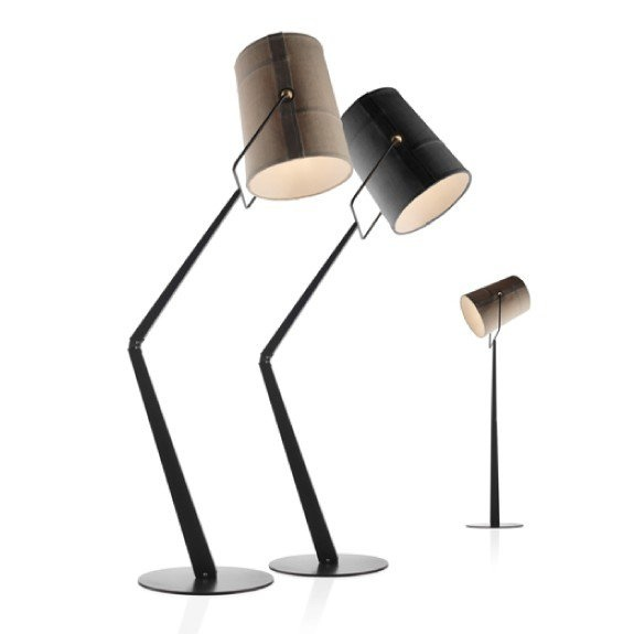 De Fork van Diesel is een prachtige lamp. Het ontwerp van de lampenkap vindt zijn oorsprong in de mode industrie. De stiknaden zijn dezelfde als welke in jeans worden gebruikt en de ringen zijn naast decoratief ook functioneel.     De lampenkap is extreem flexibel en kan 360° gedraaid worden. Het warme licht van de Fork is perfect voor in ieder huis, maar is ook ideaal voor publieke ruimtes waar u een relaxte atmosfeer wilt creëren.