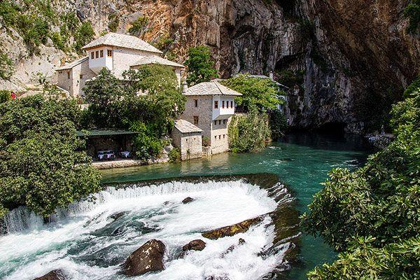 Blagaj nagyon gazdag természeti környezetében található Európa legbővizűbb forrása. Blagaj legfontosabb látnivalója a Buna folyó kitörése. Közel 200 méter magas sziklafalak lábainál bukkan fel a Buna folyó. Nem csoda, hogy a török szultánt lenyűgözte, megihlette, és egy dervis kolostort építtetett a sziklafalba a XVI. században.