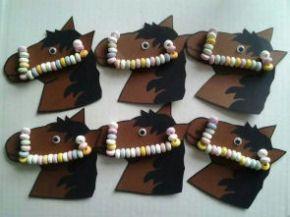 Paardenhoofd met snoepketting als teugels.