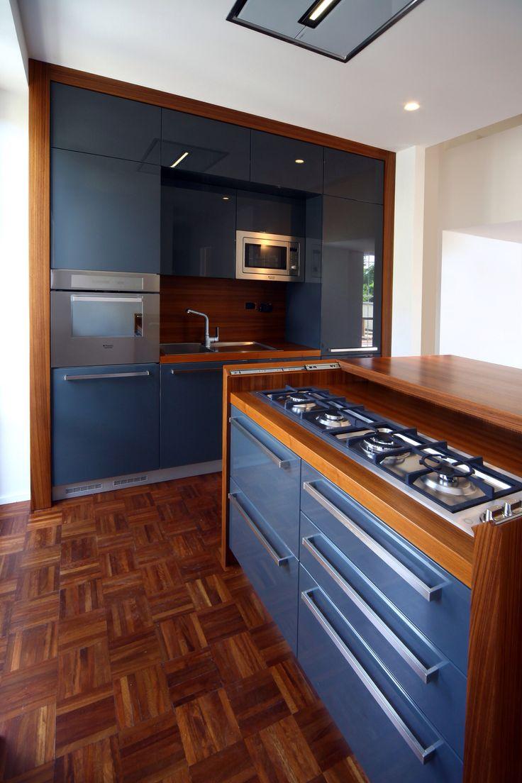 Cucina laccata lucida a ral e finiture in tek progetto FGC Loft