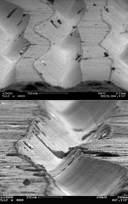 La foto de arriba es el surco de un disco de vinilo magnificado 500 veces, los trozos oscuros son partículas de polvo. La 2° imagen está magnificada 1000 veces. Por Chris Supranowitz para curso en Univ. de Rochester, con microscopio electrónico