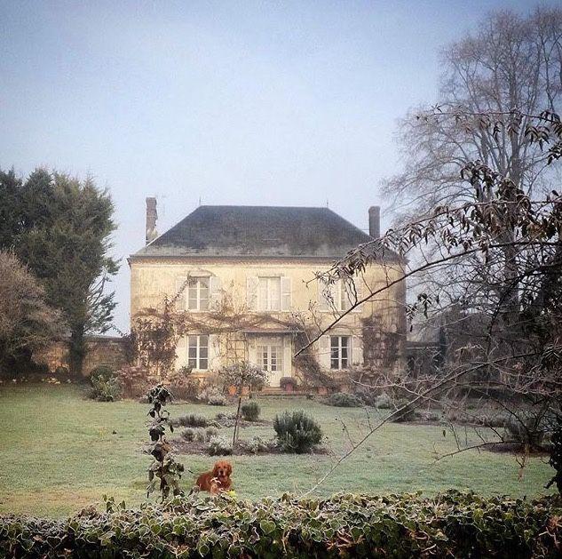 Une rénovation de toiture avec hydrofuge semble nécessaire pour cette belle demeure normande...