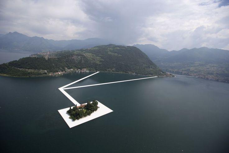 Vedere aeriană a instalației aflată în lucru, The Floating Piers, Cheiul plutitor, creată de artistul bulgar Christo Vladimirov Javacheff, cunoscut sub numele de Christo, pe lacul Iseo din nordul Italiei. FOTO AP/Luca Bruno