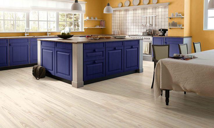 Ламинат Ясень для кухни в сине-оранжевых цветах