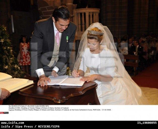 Fidanzata, Diana Alvares Pereira de Melo, duchessa di Cadaval, firma il contratto di matrimonio prima che il fidanzato antenna occhio d'Orleans Principe Carlo Filippo, duca d'Angiòfidanzata, Diana Alvares Pereira de Melo, duchessa di Cadaval, firma il contratto di matrimonio prima che il fidanzato antenna occhio Principe Carlo Filippo d'Orleans  duca d'Angiò