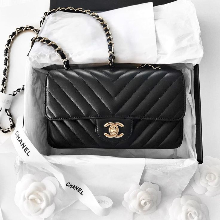 Chanel Chevron Mini Flap bag  |  pinterest: @Blancazh