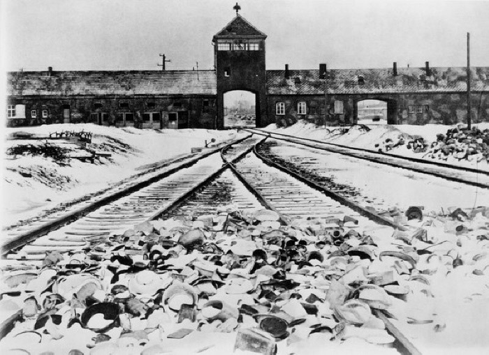 Devo dire che l'esperienza di Auschwitz è stata tale per me da spazzare qualsiasi resto di educazione religiosa che pure ho avuto. [...] C'è Auschwitz, dunque non può esserci Dio. Non trovo una soluzione al dilemma. La cerco, ma non la trovo. (Primo Levi)