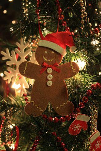 omino di pan di zenzero in feltro per albero di natale tagliato con la big shot - gingerbread felt decorations for the Christmas tree