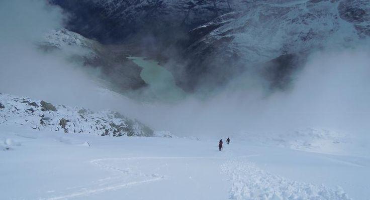 Biancograat - Bernina Hoogalpiene beklimming  Een tocht die in het teken staat van de beklimming van de Piz Bernina (4049 m) via de roemruchte ruim 4000 meter hoge en steile Biancograat. Een klassieker! Het Berninagebied strekt zich uit van het Zwitserse Pontresina tot het Italiaanse Sondrio en het Val Malenco. Laat je uitdagen door de gletsjers en indrukwekkende bergen met donkere rotspartijen en helder oplichtende sneeuwgraten. Je topt de Piz Palü (3905 m) de Piz Boval (3084 m) of de Piz…