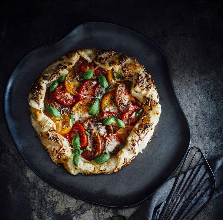 Galette van gekleurde tomaten, geitenkaas en ui - een eenvoudig recept voor een super lekkere taart als tapa of als hoofdgerecht te serveren.