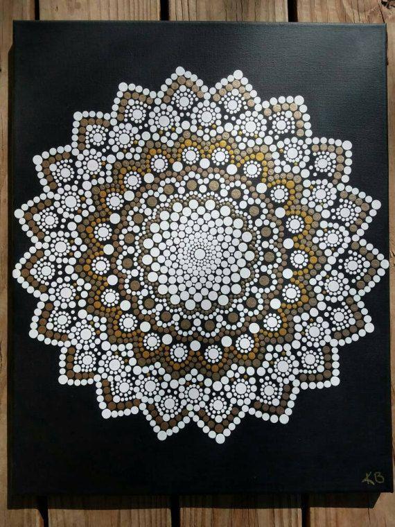 Kaylabreen2017 © todos los derechos reservados  Punto flor Mandala pintura pintada a mano -El fondo es un negro con pinturas de acrílico selladas con un barniz mate -Lienzo tamaño es de 16 x 20 pulgadas   Debido a la naturaleza de cada una de estas piezas de pintado a mano, que contienen sus propias perfecciones individuales e imperfecciones haciéndolos excepcionalmente hermosa. :)  Mandalas ofrecen balanceo de elementos visuales, que simboliza la unidad y armonía y servir como una…