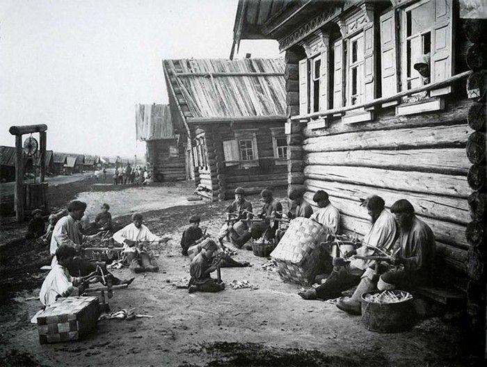 Традиционные промыслы и ремёсла на Руси: Плетение корзин для ложек. Особой популярностью пользовалось расписные ложки. Блеск золота и киновари ассоциировался, вероятно, с царственной роскошью. Но такими ложками пользовались только в праздник. А по будням довольствовались неокрашенными ложками. Впрочем, и они на рынках были весьма востребованным товаром. На рынок их доставляли в специальных корзинах, которые покупатели опустошали буквально за несколько часов.
