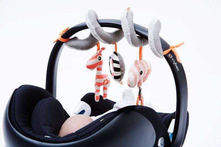 Hippe activiteiten spiraal met verschillende figuren, rammelaars en materialen. Met dit babyspeelgoed valt er steeds iets nieuws te ontdekken. Deens design.