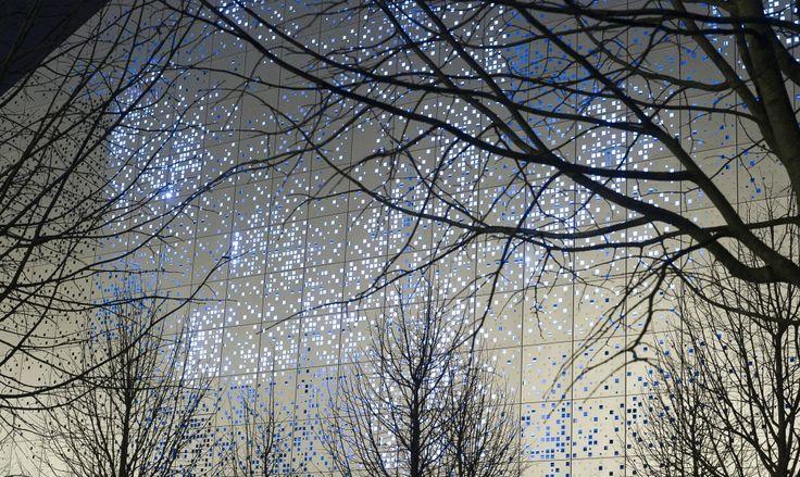 Théâtre de Sénart // Conception lumière : Atelier Hervé Audibert // Mise en lumière d'une façade // Poésie // Lumière et mouvement // Eclairage indirect