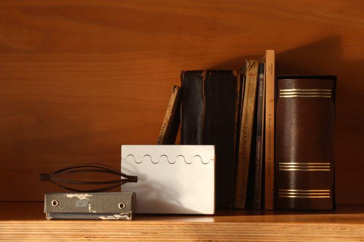 CASTELLANA Scatola in Corian® DuPont per carte da gioco o portaoggetti con coperchio ad incastro.  Questo modello di scatola può contenere 2 mazzi di carte da Burraco. www.futility.it