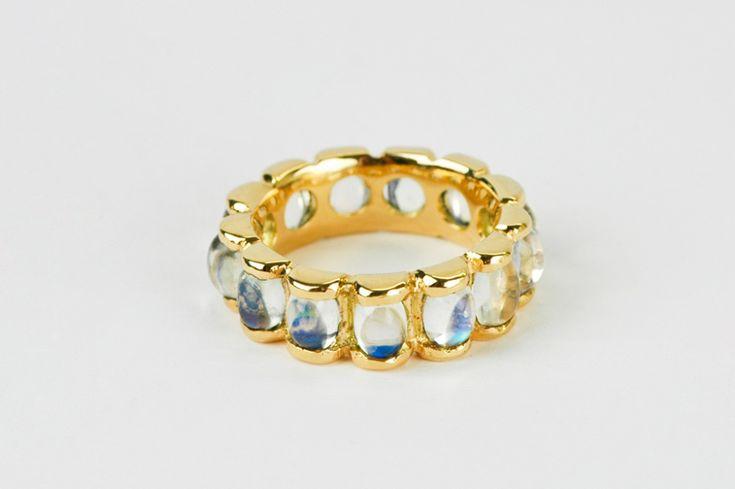 1.575 euro De 18 karaat gouden blaadjes omvatten de ovaal cabochon geslepen maanstenen, die een zomerlucht blauwe reflectie hebben.