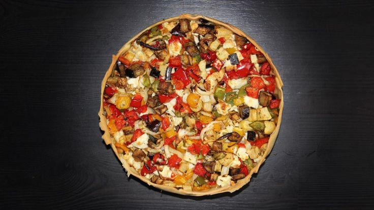 Een heerlijke geroosterde groentetaart met aubergine, paprika, ui, zoete aardappel en fetakaas. Maak jij dit feestelijke vegetarische recept?