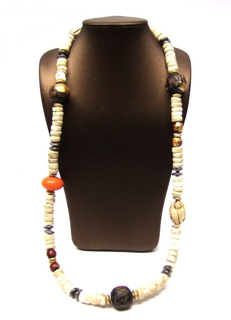 Collar étnico de concha de Naga tallada, bolas de arcilla con pan de oro de Tailandia, stones de plata con baño de oro amarillo y rutenio y cierre de plata con baño de oro amarillo.
