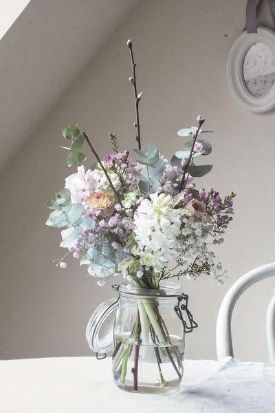Simplement poétique : jacinthe, wax, renoncules, prunus, eucalyptus et gypsophile rose.