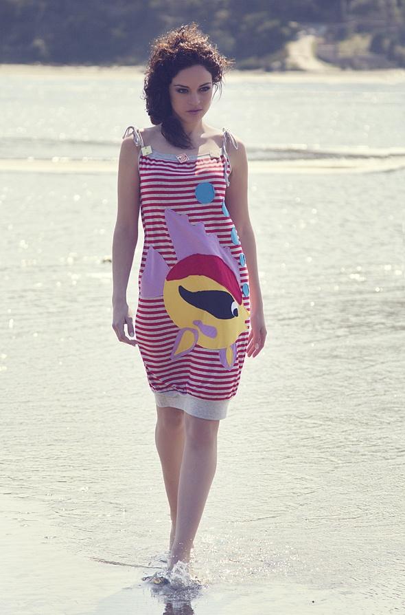 """Ριγέ φόρεμα με χειροποίητο απλικέ σχέδιο """"zoro fish"""" διακοσμημένο με πέτρες."""