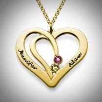 18 kullattu sisäkkäiset sydämet nimikoru pariskunnille – Swarovski  Sisäkkäiset sydämet nimikorussa on kaksi 18k kullattua sydäntä kietoutuneena toisiinsa. Koruun saa kaksi kaiverrusta ja kaksi haluamaasi Swarovskin kristallia.  Kaunis lahja rakkaallesi omalla ja rakkaasi nimellä!  Korusta on saatavilla myös hopeinen versio.