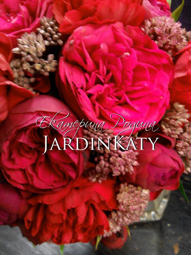 Яркий букет с пионовидными розами.