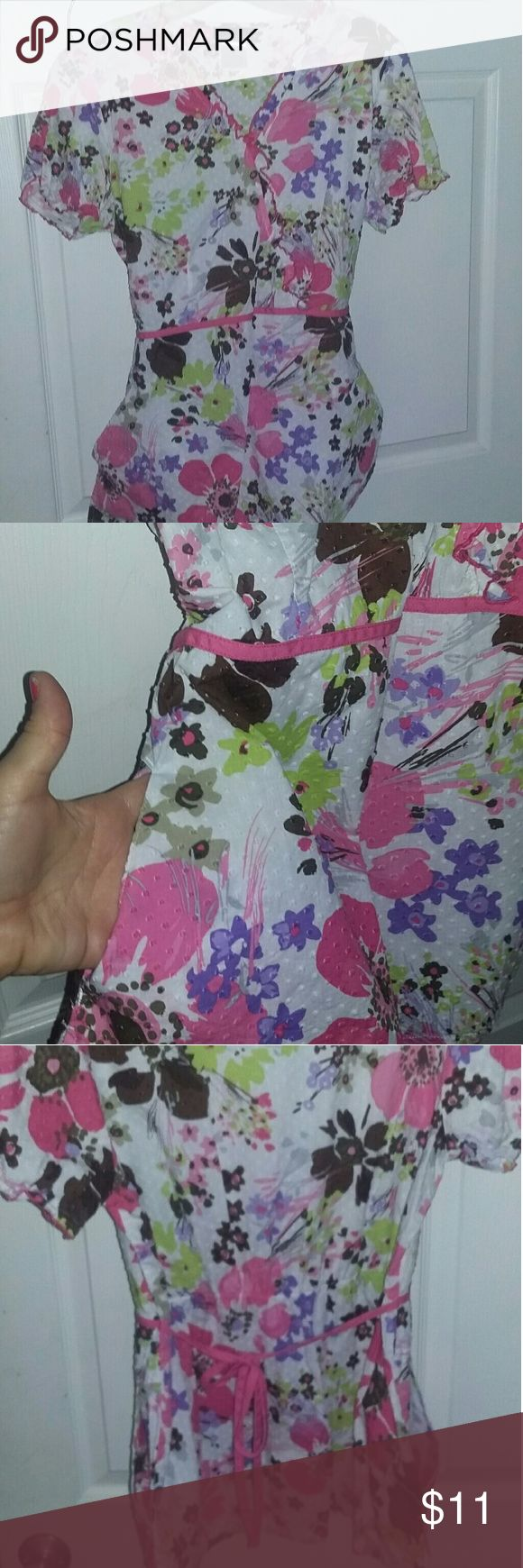 Cherokee floral scrub top M Great summer scrub top. Cherokee brand floral size medium in excellent condition Cherokee Tops