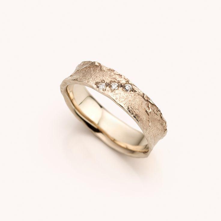 trouwring in champagewitgoud, witgoud champagne kleur, met diamant  deze ring kan ook in het geelgoud of roodgoud gemaakt worden;
