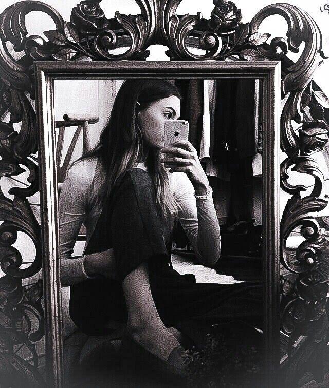 использованием фото отражение в зеркале фото стихи здесь самое