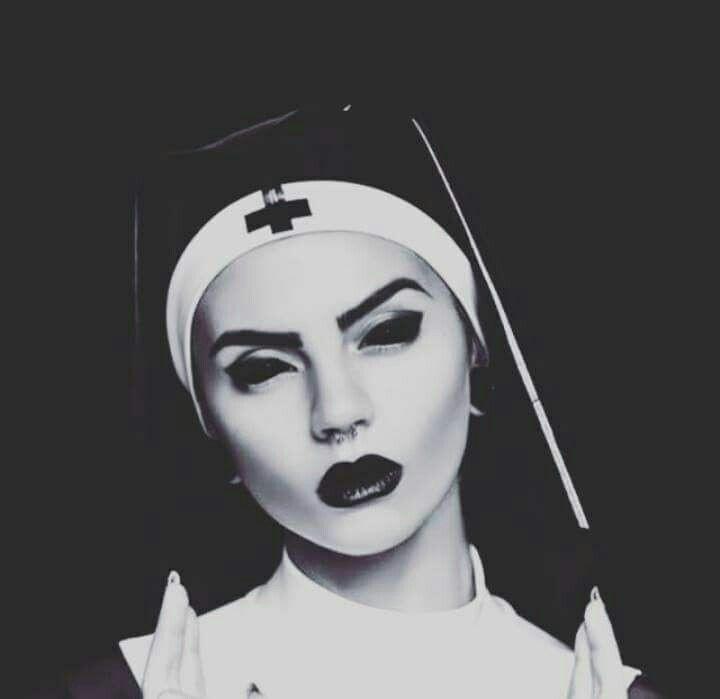 Девушки с крестами на глазах