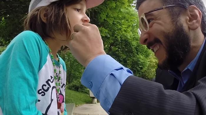 Video Lucu - Kamu Nggak Bakal Percaya Cara Mencabut Gigi Anak Ini, Luar Biasa!