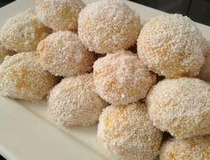 Deze koekjes worden in de jam gedompeld en dan door kokos gerold. Deze kokoskoekjes met jam worden vaak gemaakt met feestjes en vallen altijd in de smaak! Je hebt hiervoor de volgende ingrediënten nodig ...